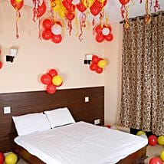Balloon Decor: Anniversary Gifts